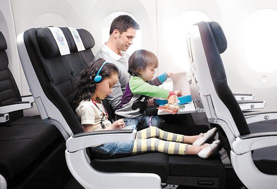 """9型飞机经济舱中设置了16排独家首创的""""空中沙发"""""""