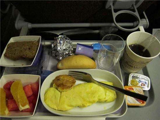 --> 俗话说得好,民以食为天,食好才能心情愉悦,可是遗憾的是飞机餐却普遍难吃。空中乘务员常常满脸微笑地问:请问您需要点什么,牛肉,鸡肉还是意大利面?然而一拿到食物,剥去盘中的装饰,乘客们就后悔了,也许再没有比这更难以下咽的食物了。今天就让我们跟随thrillist网站,真正见识一下这十种最难下咽的飞机餐吧。兴许看过之后,您会为今后所吃的机餐比这稍好感到些许安慰。  新加坡航空公司:稀饭  这份黏糊糊的东西主要由鸡肉,豌豆,还有一些油腻的胶状物制成。看到实物,您也许会想,还是给我来片面包好了,这个稀饭