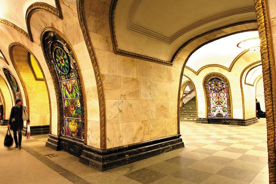 新村镇站地铁内的彩绘玻璃画引人注目