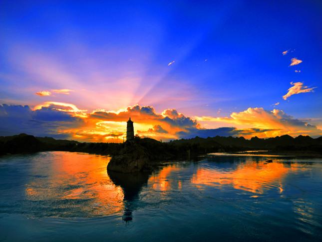 在清幽秀丽的左江中游, 在崇左市东北方向3公里处,有一叫鳌头山的小岛,岛上挺立着一座古老的斜塔,人称归龙塔,是左江河畔的一绝。1986年第九期《新观察》杂志载文曰:归龙塔为世界八大斜塔之一,与意大利比萨斜塔并列。崇左斜塔建于明代于启元年(1621)。归龙塔共5层,塔高23.