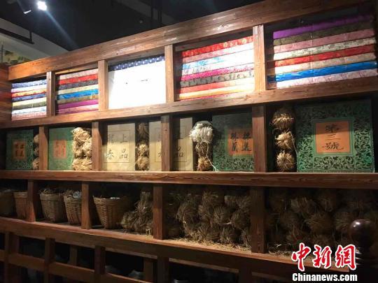 广州十三行博物馆展出的广州十三行行商出口欧美的丝绸、棉布、茶叶等货物。 许青青 摄
