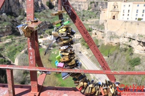 5圣保罗步行桥上的铁锁也成了一道风景.JPG