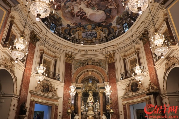 5圣女广场坐拥许多古迹瑰宝.JPG