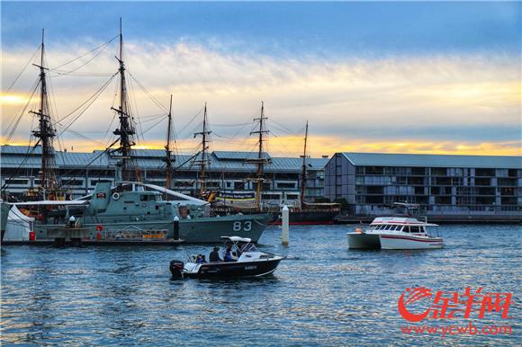 海港码头的船只来来去去.jpg