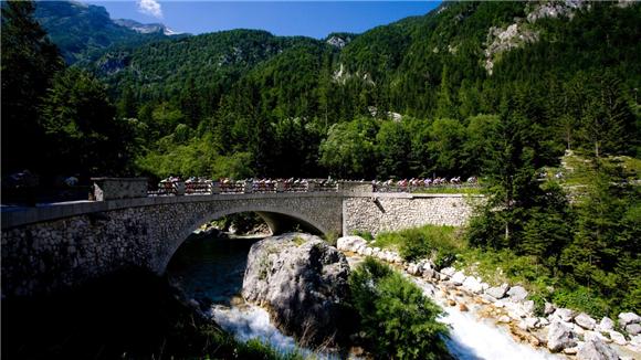 2、博卡瀑布、特伦塔山谷和维斯克山口(Boka Waterfall, Trenta Valley & Vršič Pass) 图片来源:Sportida.jpg