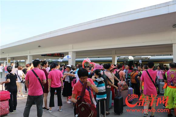 正在等待发车仪式的游客们.png