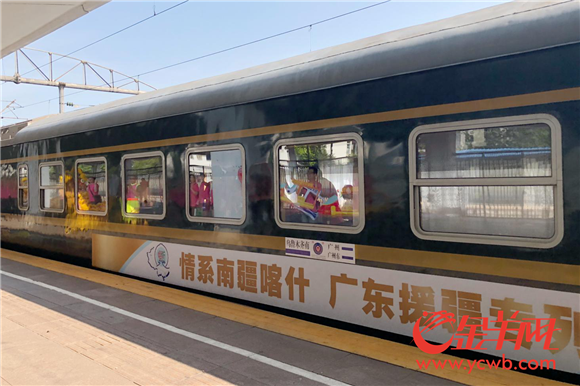 列车缓缓驶出广州火车站.png