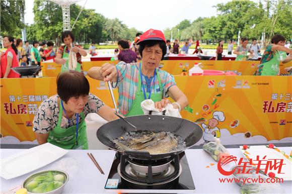 选手正在烹饪参赛的菜肴.jpg