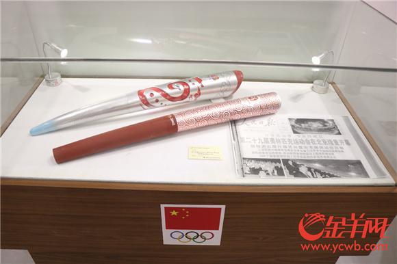 琳琅满目的体育文化藏品,图为火炬藏品.png