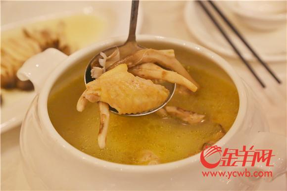 """9 荔枝菌和鸡汤的组合""""鲜""""味十足.jpg"""