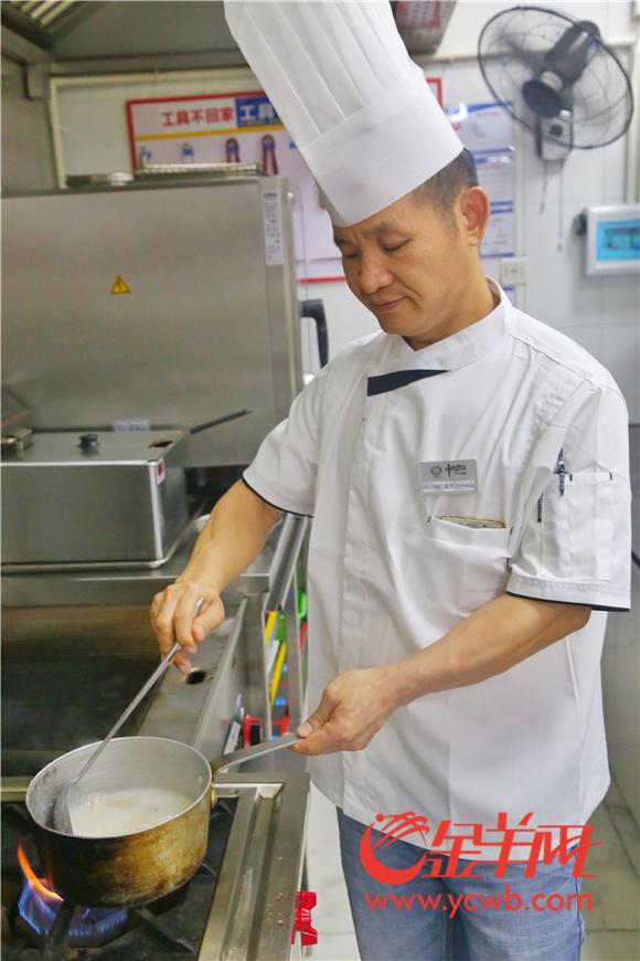 6 中西名菜的刘建军师傅正在制作荔枝菌鸡肉粥.jpg