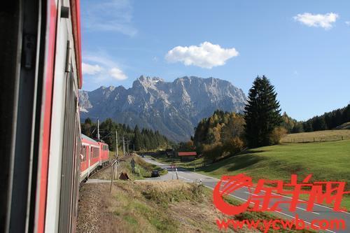 行進在德國奧地利邊境阿爾卑斯山區的列車。張奮泉 攝(資料圖)